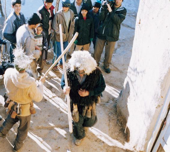 مراسم جالبیست که در فصل کم بارانی توسط مردان انجام میشود