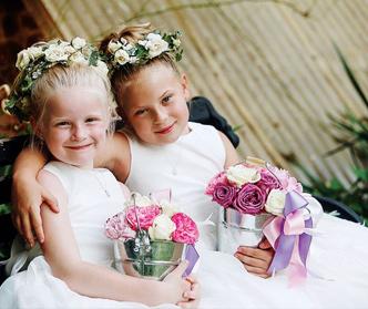 دختران گل به دست