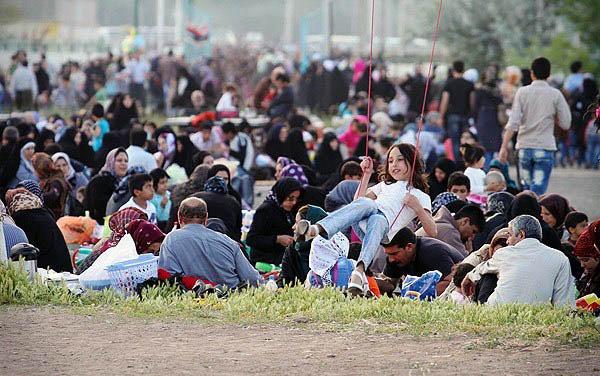مردم قزوین در پنجاهمین روز بهار در مصلای شهر برای نمازشکر و گردش دور هم جمع میشوند