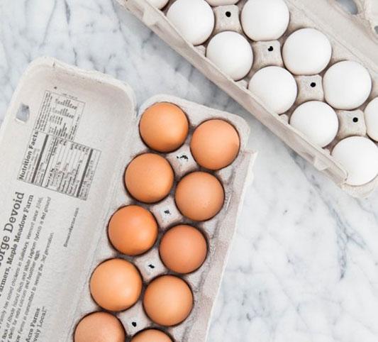 بررسی تفاوت بین تخم مرغ سفید با تخم مرغ قهوه ای