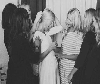چگونه ساقدوش ها به عروس کمک میکنند